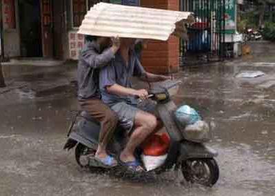 Biker dan Hujan