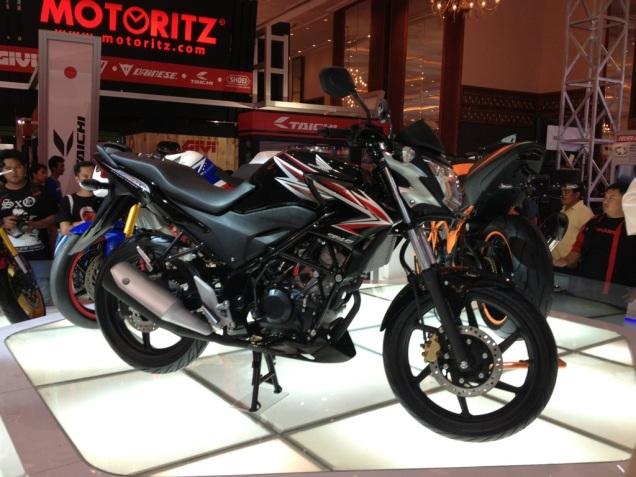 Honda CB 150R hitam