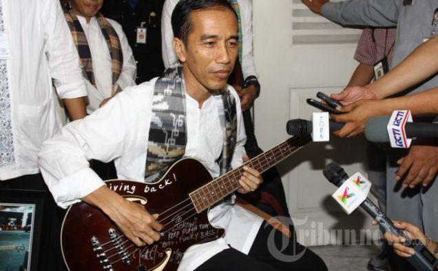 Jokowi-Gitar Bass Metallica