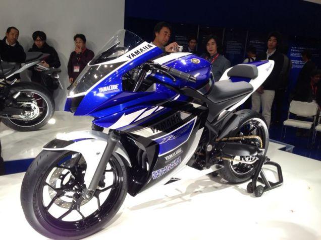 Yamaha R25-Tampak Depan Utuh