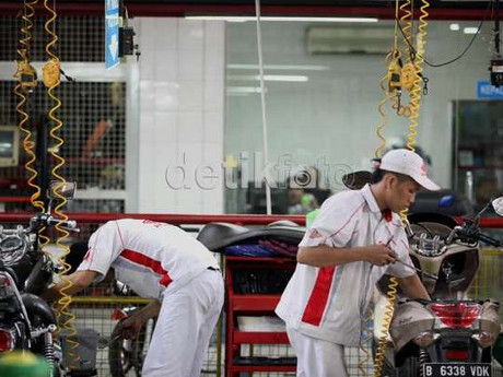Mekanik bengkel resmi Honda