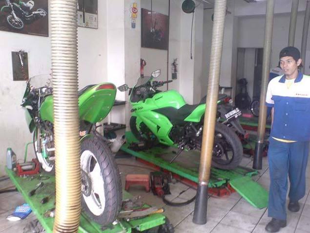 Mekanik bengkel resmi Kawasaki