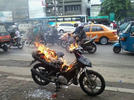 Motor Si Jahanam penebar ranjau paku-dibakar masa