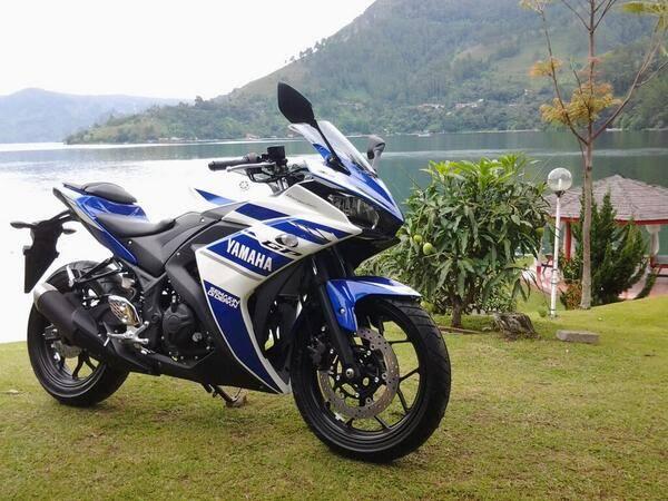 Yamaha R25 Biru-Tampak Depan Samping