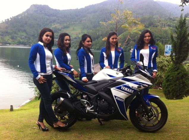 Yamaha R25 Biru With Girl