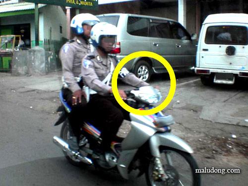 Mungkin Polisi Ini juga Lagi Pengen Move On :D