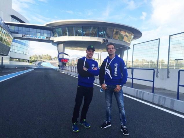 Alex Lowes (Pake Topi) dan Sylvain Guintoli